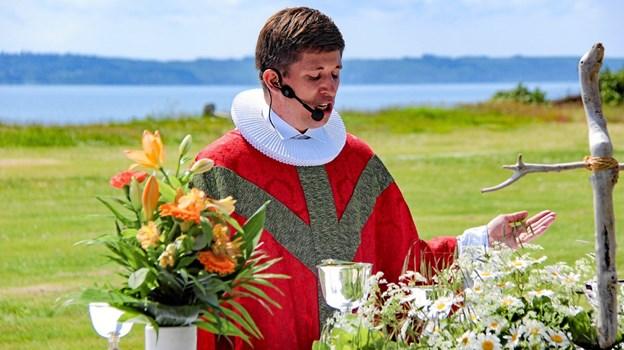Julius Bang Holst, præst i Tømmerby, holdt altergangen. Foto: Hans B. Henriksen Ole Iversen