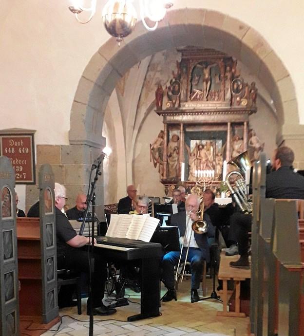 Der var trængsel på musikerpladserne i Torslev Kirke.  Privatfoto
