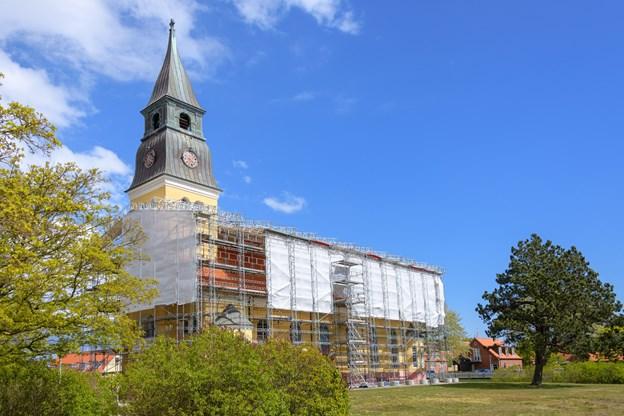 Renoveringen af taget, som både omfatter et helt nyt tag og som noget ny et undertag, forventes at være færdig i løbet af den første uge i juli. Peter Broen