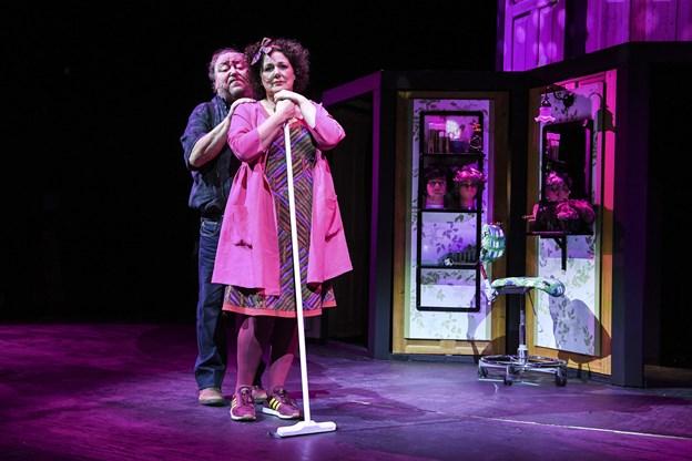 Hans Holtegaard og Lone Rødbroe er blandt skuespillerne i 'Turisterne', årets juleforestilling på Vendsyssel Teater. Foto: Bent Bach