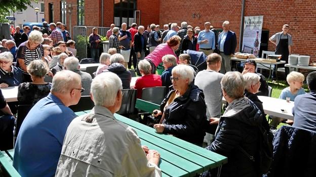 Der var fyldt op ved alle borde helt fra arrangementets start, i løbet af eftermiddagen kom flere og flere til. Foto: Ejgil Bodilsen