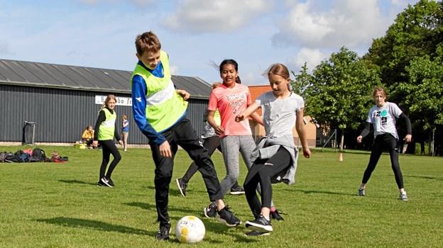Fodbold er sjov og god motion for både drenge og piger MICHAEL MADSEN  OCTOMEDIA