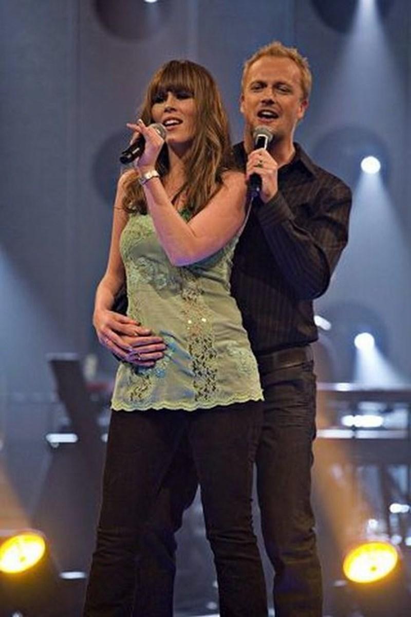 I Sangstjerner bliver der kun sunget duetter. Her synger Josefine med en af de andre deltagere, Rasmus. Foto: Kanal 5, Per Arnesen