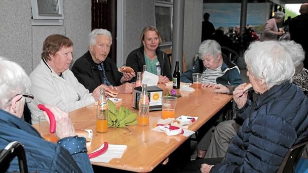 Beboere og gæster nød både de ristede og de røde pølser indendørs. Foto: Peter Jørgensen Peter Jørgensen