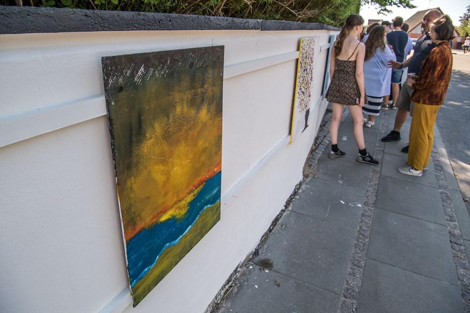 Muren i Vestergade har tidligere været udsmykket med street art, men efter et par år falmede farverne fuldstændig. Murmalerierne årgang 2018  skulle gerne vise sig at have længere holdbarhed.
