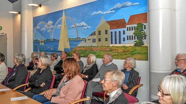 Alle pladser var besat i den gamle byrådssal i Løgstør. Foto: Mogens Lynge