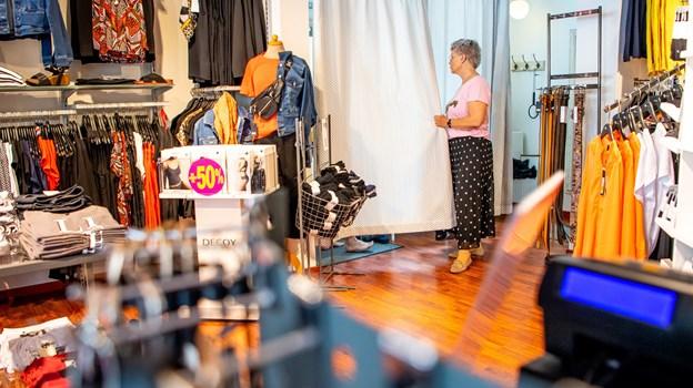 Jette Kirkeby Nielsen havde nok at se til på førstedagen for Butik Backstage i Hurup. Foto: Diana Holm