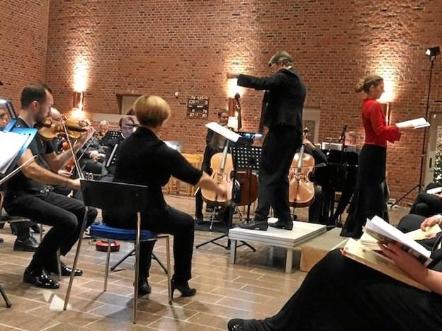 Sopranen Christine Hjort Bjerre på podiet. Dirigent på opsætningen Margrethe Thestrup Østergaard. Privatfoto