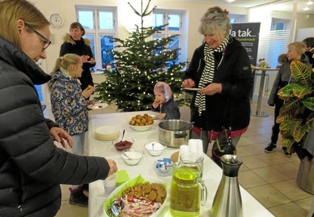 Sparekassen Vendsyssel på Storegade i Hadsund inviterede torsdag eftermiddag til julehygge med gløgg, saftevand og æbleskiver. Det var der mange der mødte frem til og alle hyggede sig. ?Foto/tekst: hhr-freelance.dk