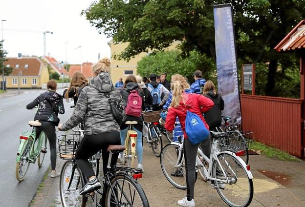 Godt 100 elever fra Skagen Skole lagde vejen forbi Drachmanns Hus, hvor de fik stillet opgaver Foto: Skagens Kunstmuseer
