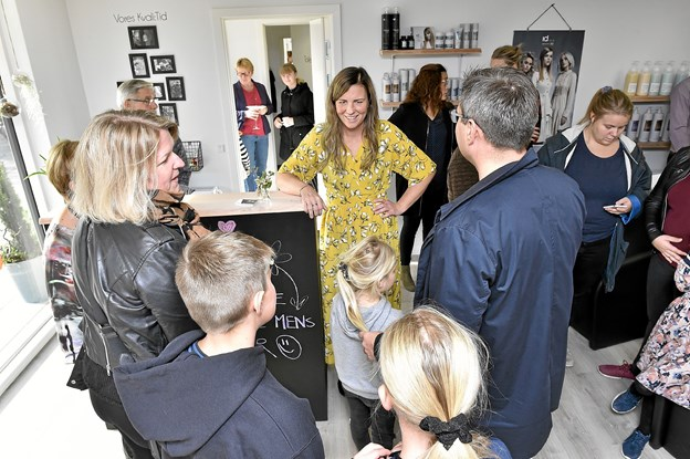 Straks fra starten væltede det ind med kunder, venner, familie og naboer. Foto: Ole Iversen