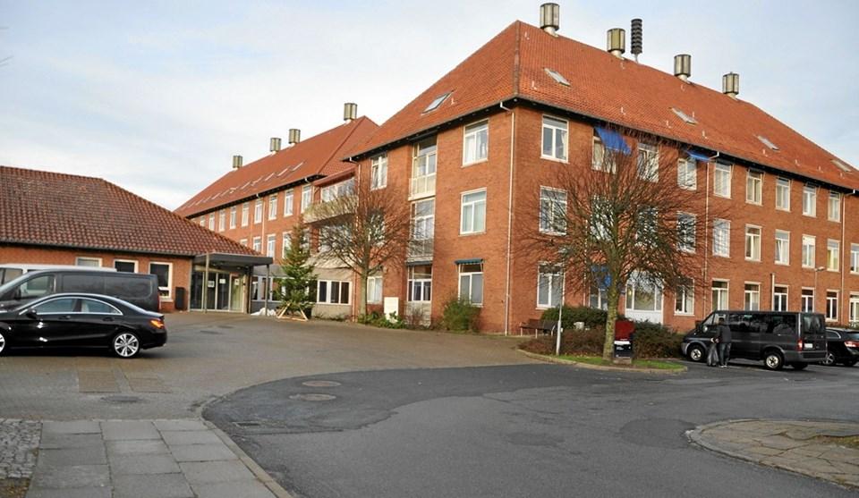 Bygningerne, som indtil for over tre år siden fungerede som sygehus, huser nu Asylcenter Jammerbugt. Aftalen ophører midt i dette år, og så er der faktisk kun en lægeklinik (i stuen til højre i billedet) tilbage, hvor der foregår noget.Foto: Ole Torp
