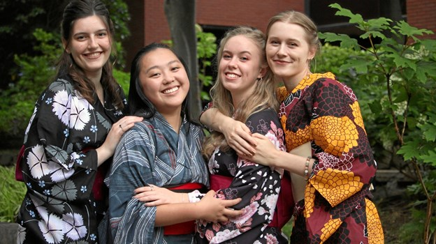 Studieopholdet i Japan har givet mange gode venner for Mie Nymann Jensen, der her ser som nummer to fra højre sammen emd vennerne Sifra, Chantel og Odeta. Privatfoto