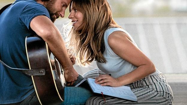 Bradley Cooper og Lady Gaga spiller hovedrollerne i A Star Is Born. Her en scene fra filmen.
