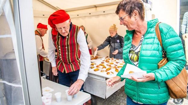 Folkedanserne bød på gratis kaffe og kage. Foto: Diana Holm