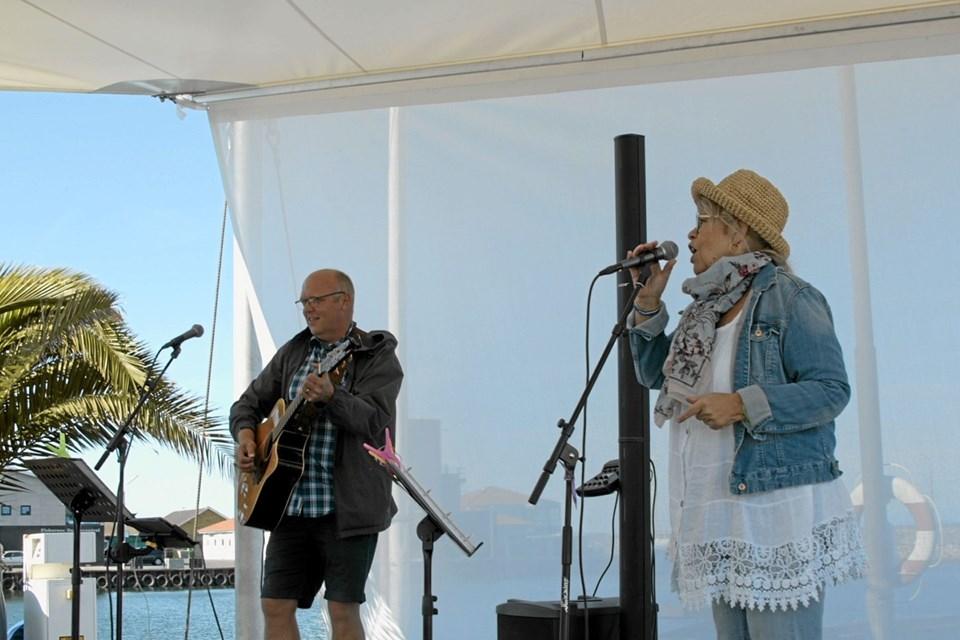 Svenske Tina Gillberg og nordmanden Morten Nordheim underholdt med musik fra klokken 17 under sejlet. Foto: My Hyttel My Hyttel