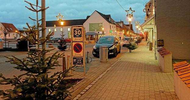 Sindal er klar til den store julehandel. Byen er pyntet med flotte grantræer, og de karakteristiske julestjerner i lygtepælene er tændt. Foto: Niels Helver