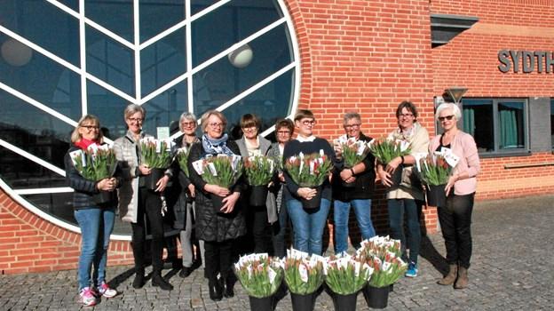 10 kvinder fra Lions Sydthy - Liden Kirsten er her klar til at begive sig ud til alle dem som har sagt ja til en smuk buket tulipaner.Foto: Hans B. Henriksen