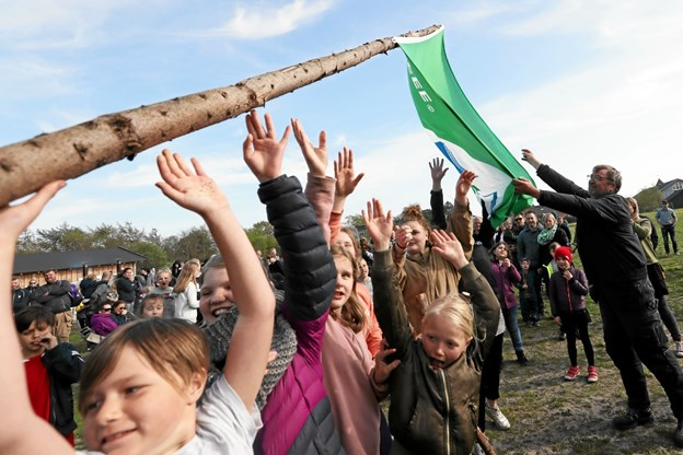 Børn og voksne rejste i fælleskab flagstangen med det grønne flag. Foto: Allan Mortensen