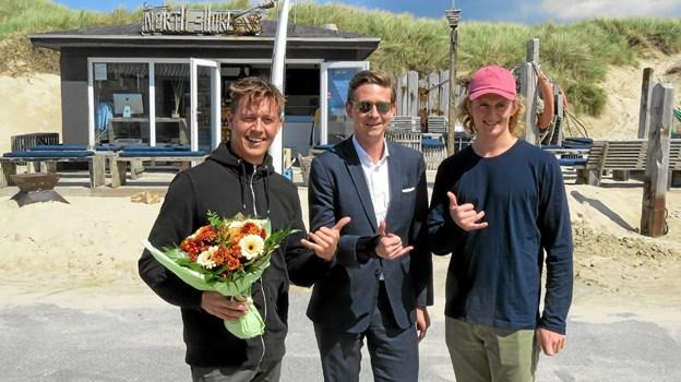Der var højt humør da skatteministeren besøgte surferne i Løkken. Fra venstre Kasper Brix, Karsten Lauritzen og Jonas Brix. Foto: Kirsten Olsen