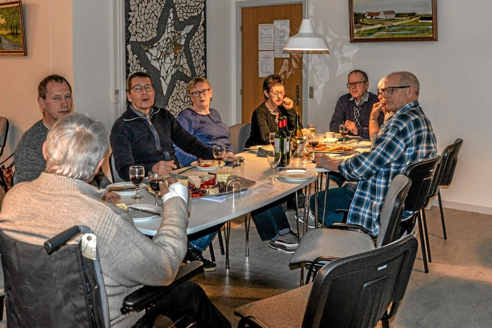 Generalforsamling i Overlade Kulturhus tirsdag aften med genvalg til bestyrelsen. Foto: Mogens Lynge