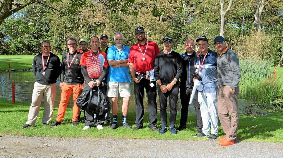 Deltagerne i DM i golf for døve samlet. Danmarksmesteren nr. 3 fra venstre i forreste række. Foto: Mogens Lynge