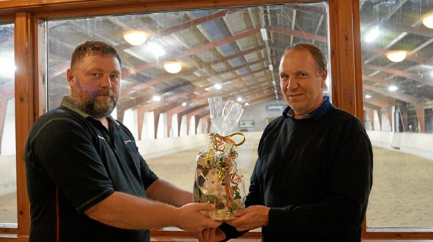 Kenn Dahl Hansen fra bestyrelsen overrækker Arne Bartholomæussen prisen som årets frivillige i Arden Sportsrideklub. Privatfoto