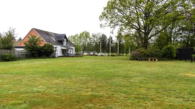Her på græsplænen bag det gamle kulturhus er det planen at det helt nye sognekulturhus skal opføres.