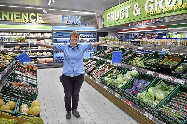 - Kom og oplev vores nye flotte frugt og grønt afdeling, siger Tine Hansen. Foto: Ole Iversen