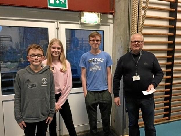 Vinderne af bedømmerprisen; Frederik, Emma og Oliver fra 7.a samt Asger Nielsen fra Tradium. Privatfoto