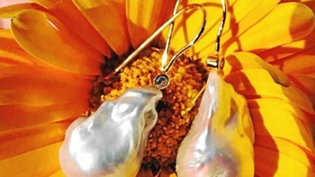 Et gennemgående materiale, som er anvendt i kollektionen, er naturlige barok ferskvandsperler.