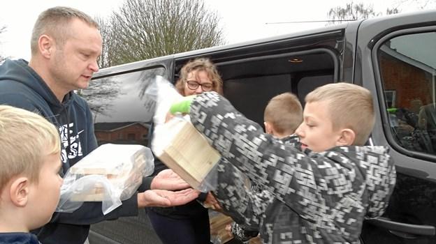 Mathias, Mikkel, Xander og pædagog Dan Rolle fra fritidsordningen pakker fuglehusene. Privatfoto