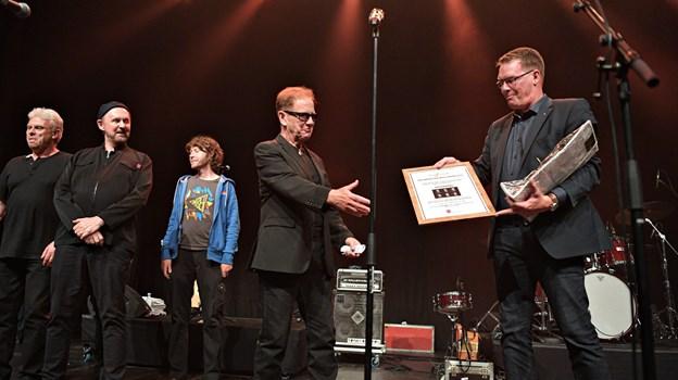 Direktør i Spar Nord Morten Koch overrakte Folkemusikprisen 2019 til forsanger john Jones inden koncerten torsdag aften. Foto: Bent Bach