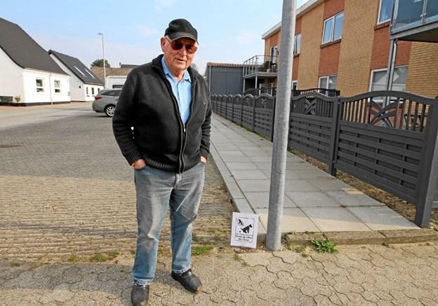 Svend Christensen, der bor i Smedegade i Dronninglund, har travlt med at samle hundenes efterladenskaber op. Det irriterer ham. Foto: Jørgen Ingvardsen