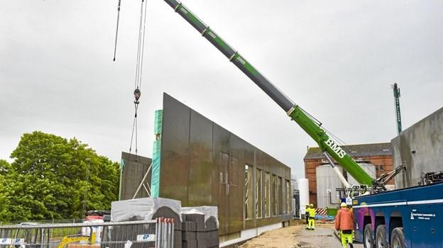 Onsdag blev elementer rejst, så størrelsen af Thisted Bryghus nye bygning, for alvor kan ses. Foto: Ole Iversen