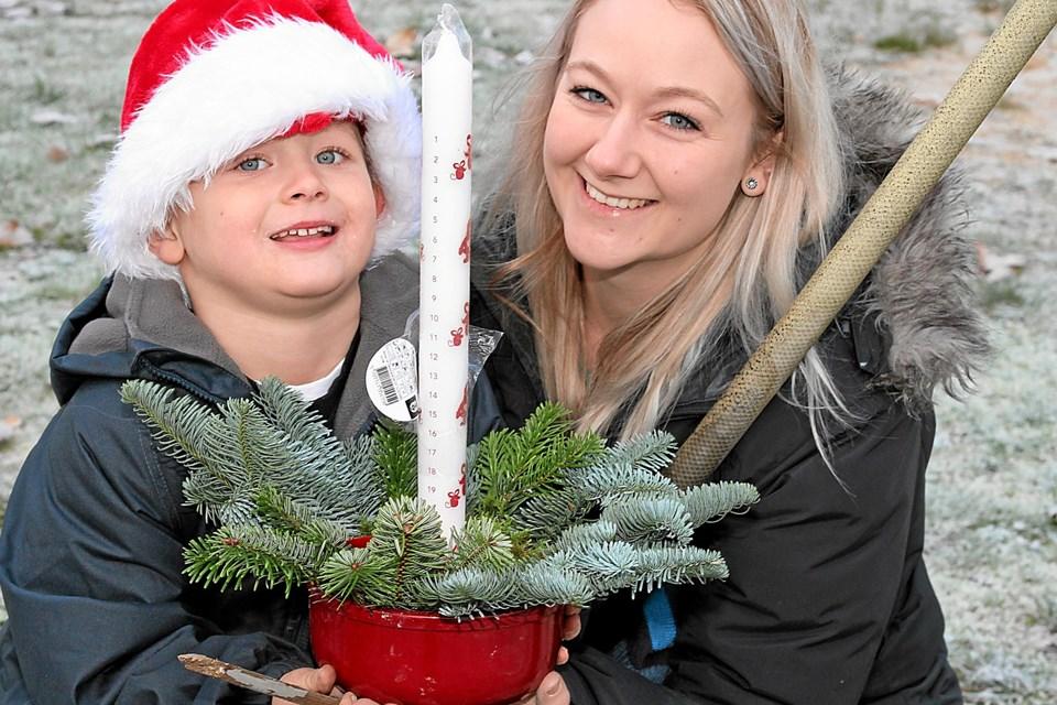 Der er også tid til at lave juledekorationer. ?Foto: Flemming Dahl Jensen Flemming Dahl Jensen