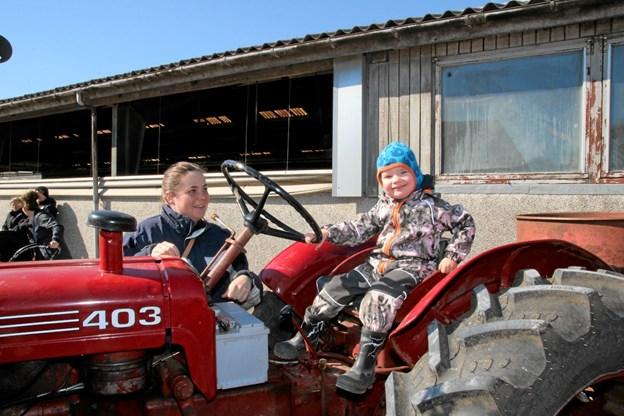 De yngste var også meget glade for de ældre traktorer. Foto: Flemming Dahl Jensen Flemming Dahl Jensen