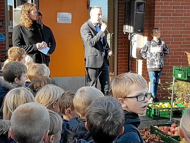 Skoleleder René Neve Henriksen takkede alle for det flotte miljøarbejde og kvitterede med frisk frygt Foto: Karl Erik Hansen