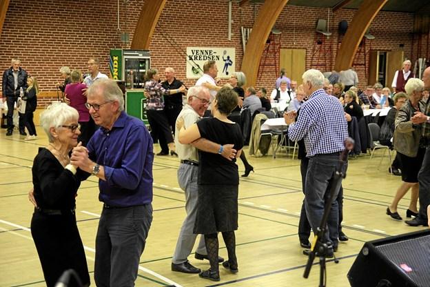 Så snart musikken starter, er der straks par på dansegulvet. Foto: Flemming Dahl Jensen