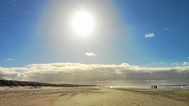 - På en køretur på stranden syd for Løkken tog vi dette foto. Vi synes det er et smukt varemærke for Løkken, også om efteråret, når solen kan stråle fra en blå himmel over Danmarks bedste badestrand, lyder kommentaren fra Annette og Claus Bang, Løkken. Privatfoto