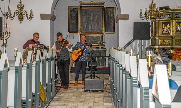 Jens Jeppesens Trio spillede dejlig iørefaldende musik, hvor temaet handler meget om havet og fjorden og livet der omkring. Foto: Mogens Lynge