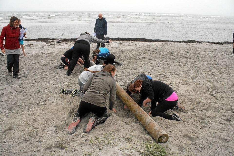 I en af konkurrencerne skulle eleverne med de bare hænder grave sig under en planke på stranden.