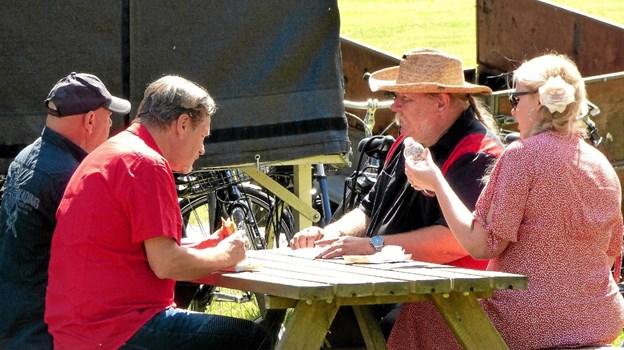 Bibbi & Sniff, der var først på scenen, nød i pausen også deres frokost på den græsbeklædte strand. Foto: Ejlif Rasmussen