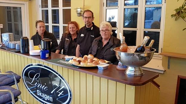 Bag baren i den nye gårdhave Laila og Gjerd sammen med Peter og Merete Schmidt. Foto: Ole Svendsen