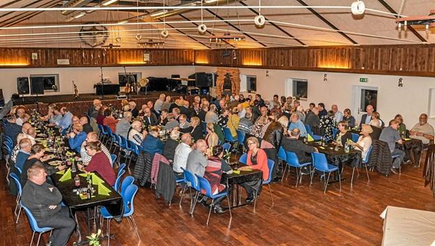 Godt 110 musikglade personer var samlet på Fort West i Borregaard til fællesspisning og koncert med Jane og Shane. Foto: Mogens Lynge