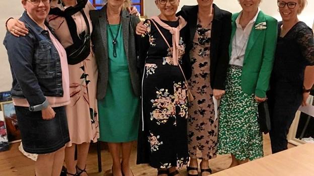 De seks modeller ses her sammen med stylist og salgsassistent Inge Klemmensen, som dagligt er at finde i butikken.