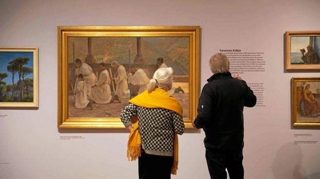 """Wilhjelm-udstillingens undertitel er """"Fra Italien til Skagen"""". Her beundres værket """"Bøn om Regn. Procession i Appenninerne"""", som er udlånt fra Statens Museum for Kunst. Skagens Kunstmuseer"""