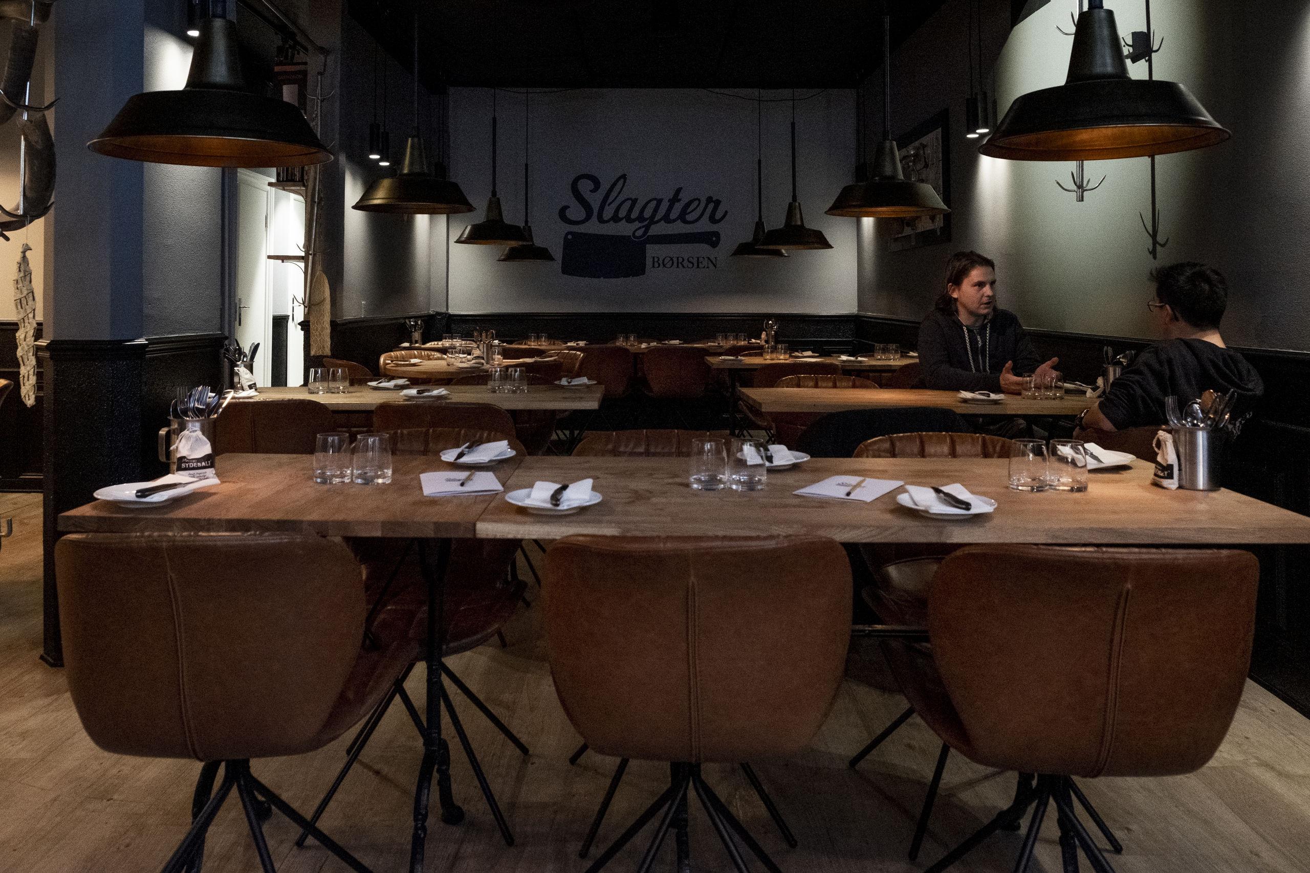 Der er lagt op til hygge under middagen i Slagterbørsens lidt dunkle lokale. Foto: Lasse Sand