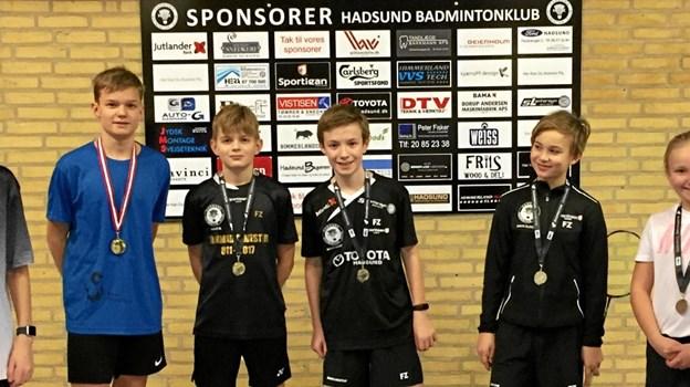 Ved Østjylland Landsdelmesterskaber i Randers lørdag 19. januar var der igen en god flok unge fra Hadsund Badminton Klub, som havde valgt at bruge en lang weekend på at få spillet en masse badminton i Randers. Og det medført også nogle flotte resultater som de kan være stolte af: Mads Hostrup nr. 2 U13 C i HD sammen med Mikkel Bendix Aggerholm. August Bonde Sørensen vinder af U13 M i HS. Laurits Bonde Sørensen vinder af U13 A i MD. Klara Hansen nr. 2 i U15 A i DS. Klara Hansen nr. 2 i U15 A i MS sammen med Micki Søndergaard. Sander R Høvik nr. 3 i U15 A HD. Emma Bendix Aggerholm nr. 2 i U11 C i MD sammen med Louis Bloch. Emma Bendix Aggerholm nr. 3 i U11 C i DS. Thea Bundgaard Markussen 3. i U13 C i DD sammen med Emma B Aggerholm og nr. 3 i U13 C MD sammen med Mikkel B Aggerholm. Her ses deltagerne fra venstre: Klara, Micki, Sander, August, Mads, Louis, Emma, Thea og Laurits