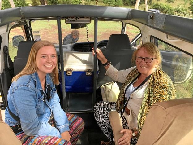 Intet Afrika uden safari - hér er Anne og mormor Rita på safari i Nairobi Nationalpark - et imponerende sted. Privatfoto.